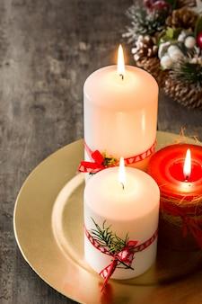Rote weihnachtskerze und weihnachtsverzierungen
