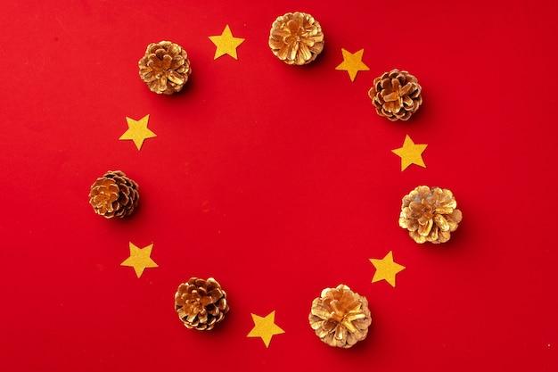Rote weihnachtskomposition mit goldkegeln und dekorations-draufsicht