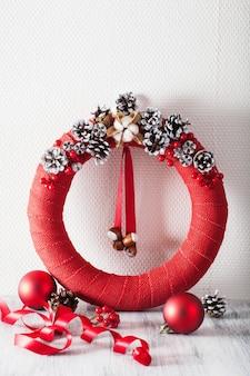 Rote weihnachtskranz handgemachte diy dekoration