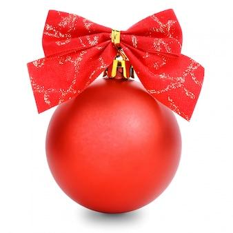 Rote weihnachtskugel mit dem farbband getrennt auf weiß