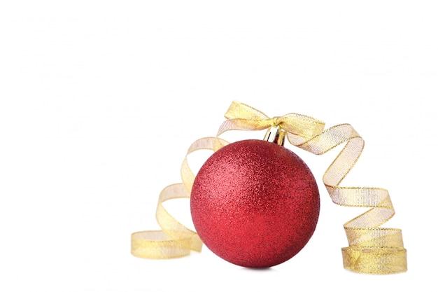 Rote weihnachtskugel mit farbband auf weißem hintergrund