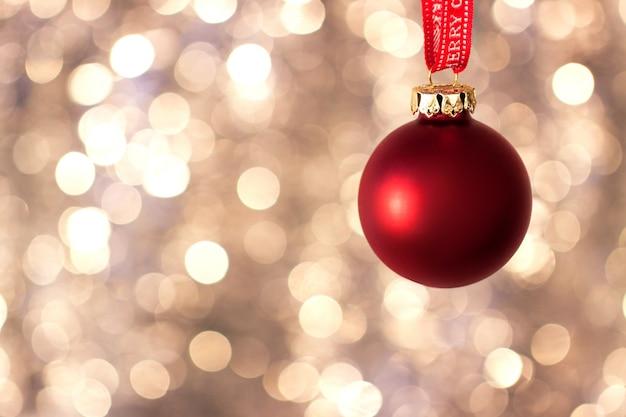 Rote weihnachtskugel mit glänzenden hintergrund