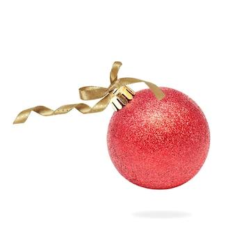 Rote weihnachtskugel mit goldband auf weiß