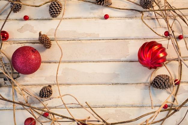 Rote weihnachtskugel mit niederlassungen einen kreis zu machen