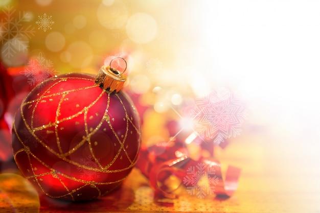 Rote weihnachtskugel mit weihnachtsschmuck