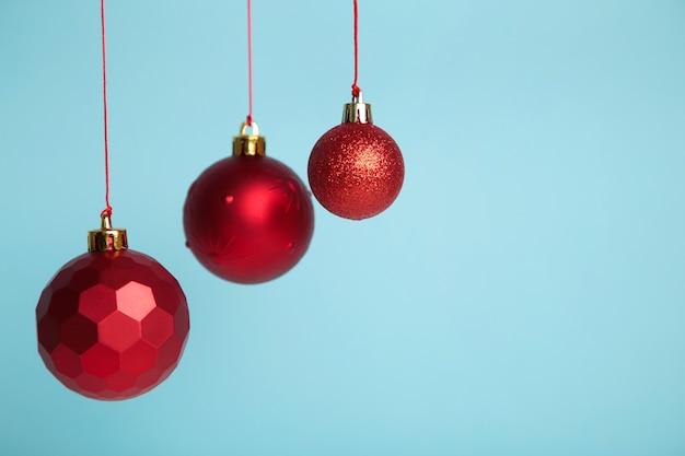 Rote weihnachtskugeln auf blauem hintergrund. konzept des neuen jahres.
