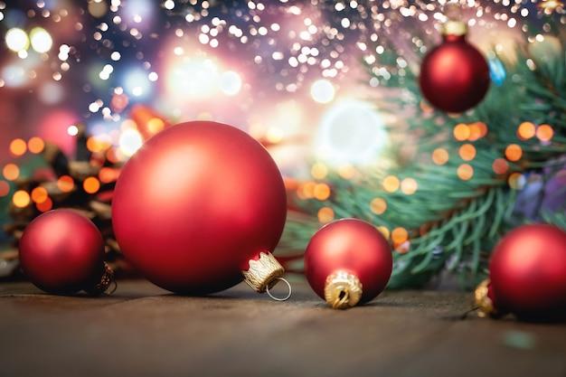 Rote weihnachtskugeln auf defokussierten lichtern