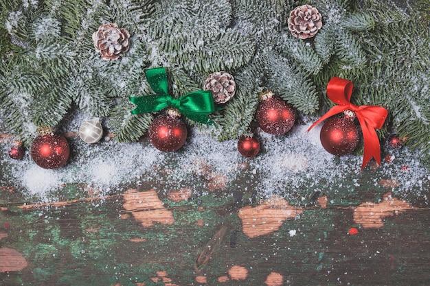 Rote weihnachtskugeln auf den zweigen einer kiefer angespannt