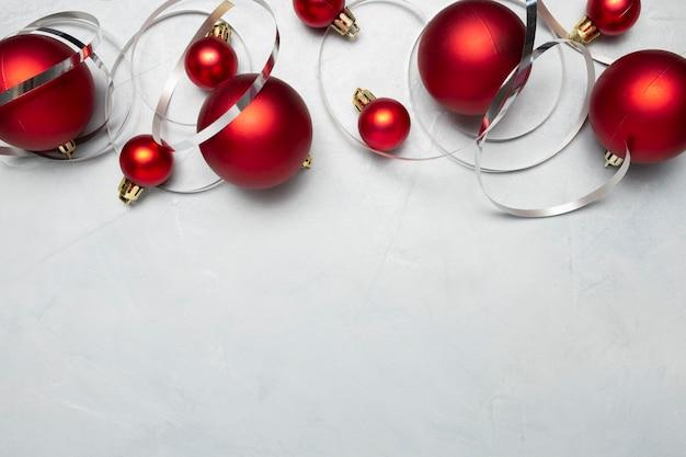 Rote weihnachtskugeln auf grauem tisch
