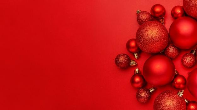Rote weihnachtskugeln auf rotem tisch