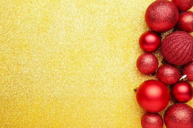Rote weihnachtskugeln. draufsicht.