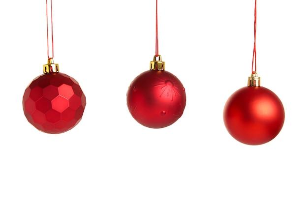 Rote weihnachtskugeln isoliert auf weißem hintergrund. ansicht von oben