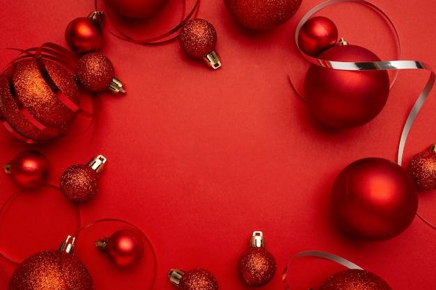 Rote weihnachtskugeln kranz auf rotem tisch
