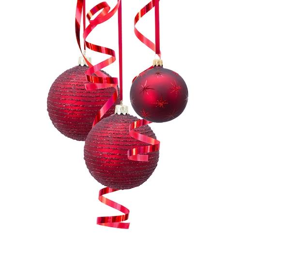 Rote weihnachtskugeln lokalisiert auf weiß