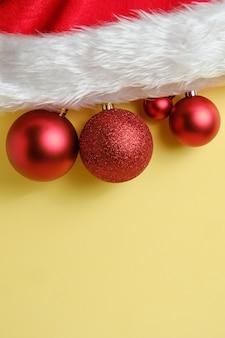 Rote weihnachtskugeln mit weihnachtsmütze