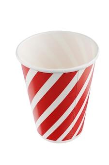 Rote weihnachtspapierbecher mit einem muster aus verdrehten vertikalen linien. + beschneidungspfad