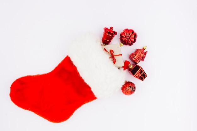 Rote weihnachtssocke mit spielwaren