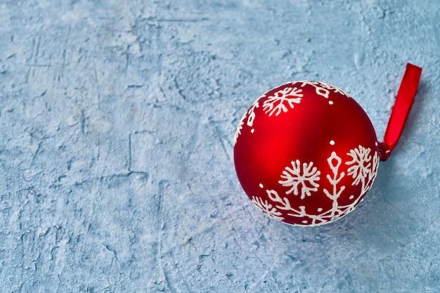Rote weihnachtsverzierungen auf blauem hintergrund. copyspace.
