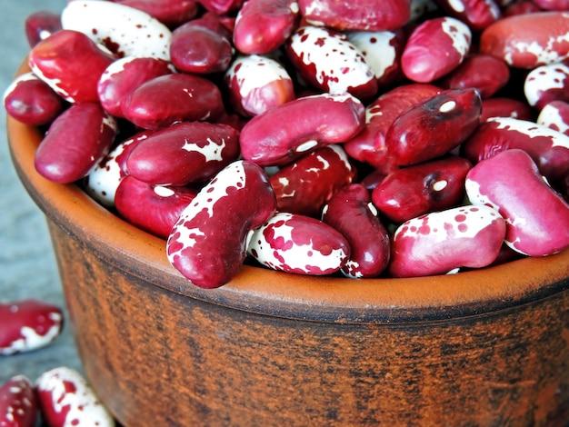 Rote weiße bohnen in einer schüssel