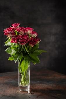 Rote wilde rosen auf dem dunklen hintergrund, selektives fokusbild