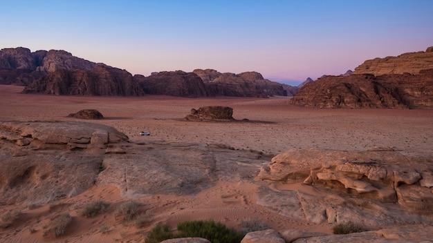 Rote wüste mit felsen wadi rum in jordanien auf dem sonnenuntergang