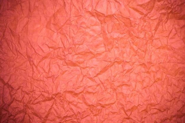 Rote zerknitterte papierstruktur.