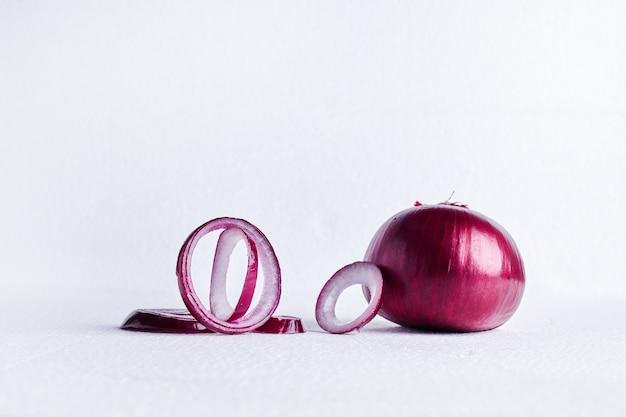Rote zwiebel auf einem weißen tisch.
