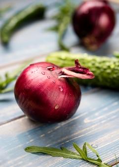 Rote zwiebel der vorderansicht mit wassertropfen