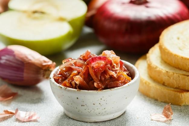 Rote zwiebelmarmelade (marmelade, konfitüre, chutney) mit grünem apfel. leckere sauce. gourmet