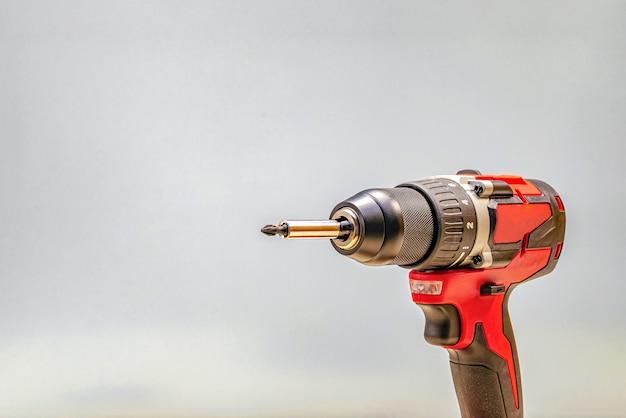 Roter akku-bohrer. schraubenspannwerkzeug, kopierraum