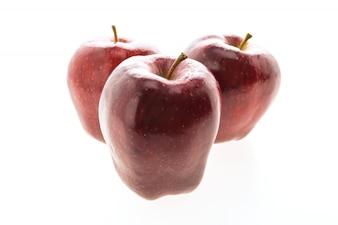 Roter Apfel getrennt auf weißem Hintergrund