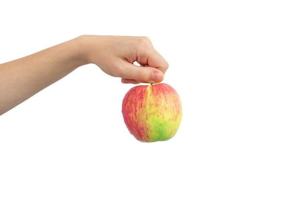 Roter apfel in der hand, isoliert auf einem weißen hintergrundfoto