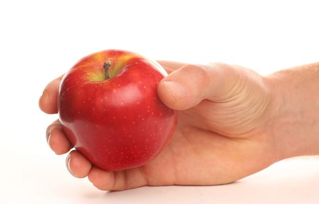 Roter apfel in menschlichen händen als symbol für gesunde ernährung