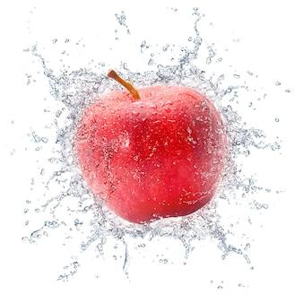 Roter apfel mit wasserspritzen