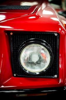 Roter autoscheinwerfer schließen oben mit unscharfem hintergrund