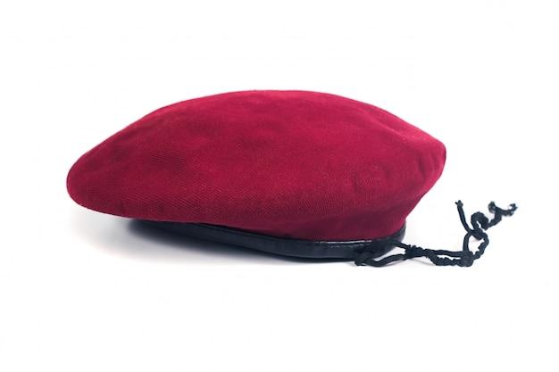 Roter baretthut auf isolathintergrund.
