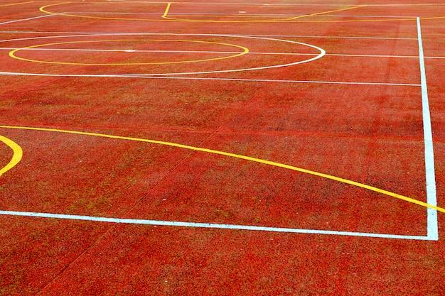 Roter basketballplatz