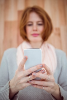 Roter behaarter hippie, der smartphone verwendet