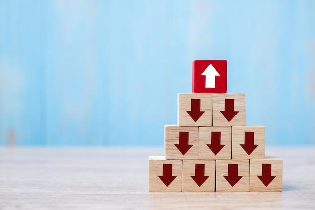 Roter block mit unterschiedlicher pfeilrichtung auf tabellenhintergrund.