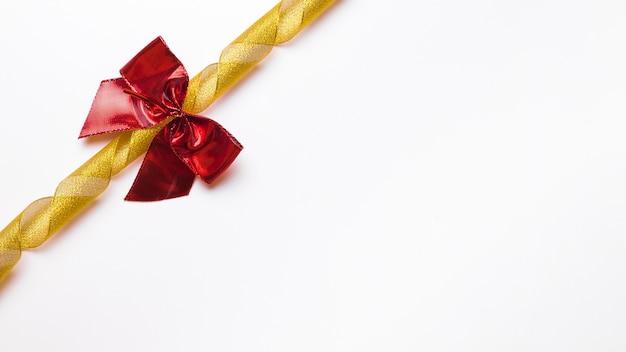 Roter bogen mit goldenem band