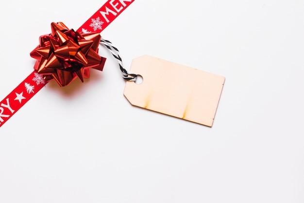 Roter bogen mit grußkarte für weihnachten