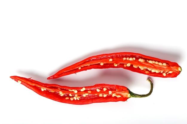 Roter chili in zwei hälften geschnitten