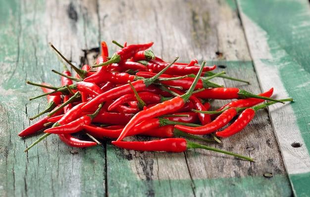 Roter chili-pfeffer auf holztisch