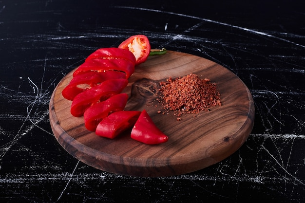 Roter chili-pfeffer und paprika auf einem holzbrett.
