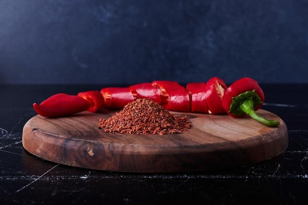 Roter chili und paprika auf schwarz