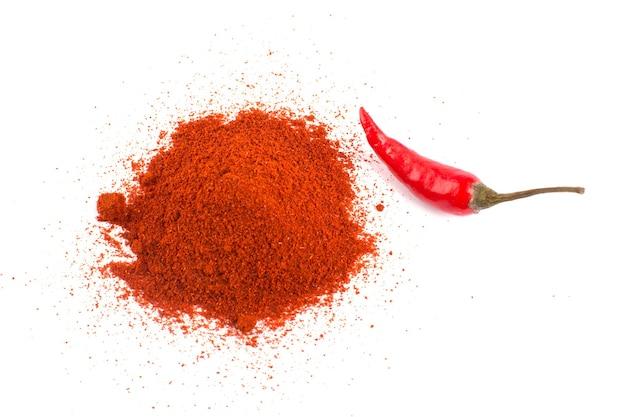 Roter chilipfeffer mit chilipulver