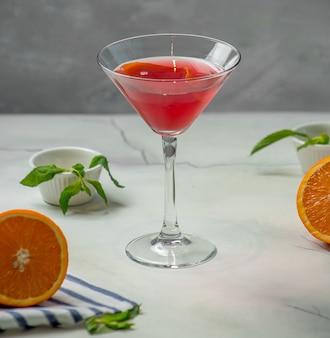 Roter cocktail auf dem tisch