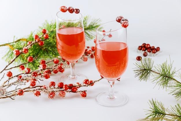 Roter cranberry-cocktail mit roter beerendekoration auf weiß