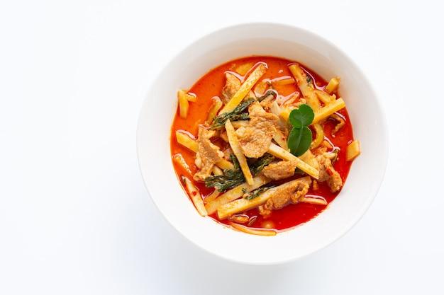 Roter curry konservierter bambusschoß mit schweinefleisch