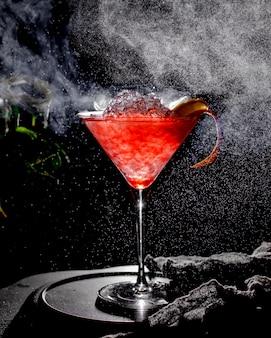 Roter eiscocktail auf dem tisch